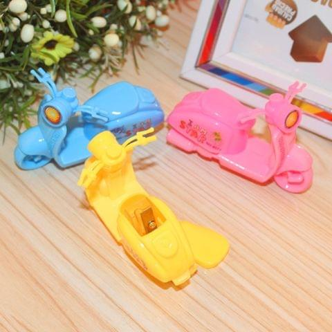 3 PCS Creative Cartoon Motorcycle Hand Manul Pencil Sharpeners Mechanical Machine School Stationery Office Supplies, Random Color Delivery